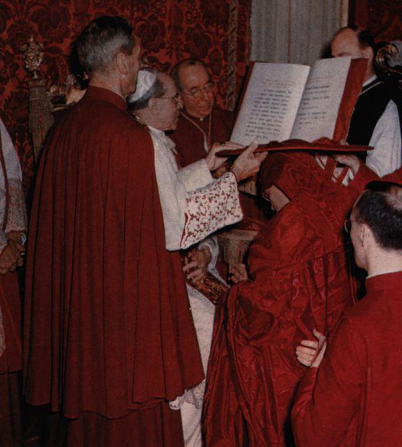 Pie XII impose le galero à un cardinal en cappa