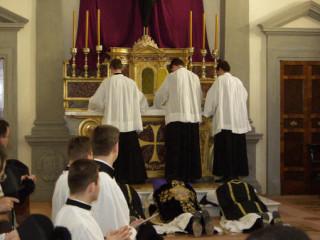 01 - Les acolytes déploient la nappe sur l'autel pendant que le célébrant et ses ministres sont prosternés.
