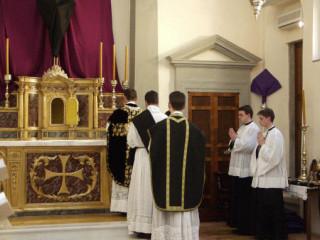 05 - Chant des 9 oraisons - le sous diacre porte la chasuble pliée.