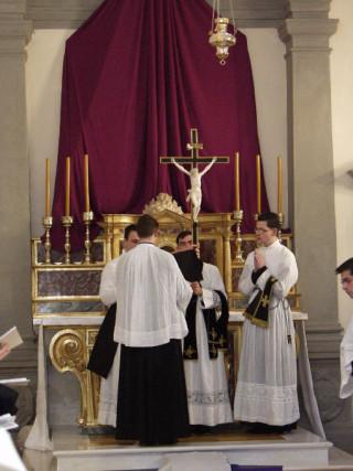 07 - La croix de l'autel est dévoilée et présentée au centre du marchepied de l'autel.