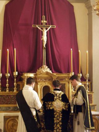 14 - Le Très-Sacrement est retiré du calice et posé sur le corporal.