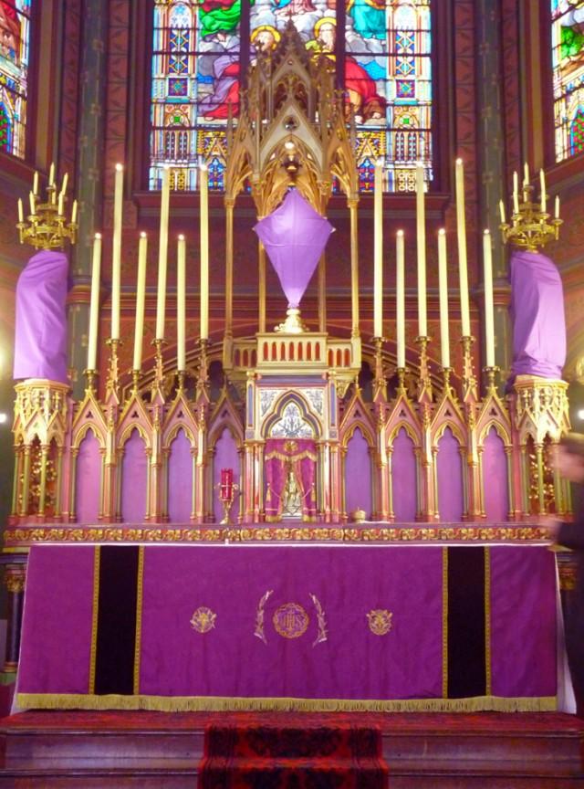 http://www.schola-sainte-cecile.com/wp-content/2012/03/Le-Maitre-Autel-de-Saint-Eugene-voile-pour-la-passion-640x864.jpg