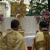 Fte-Dieu 2012 : procession dans les rues de Paris : au second reposoir