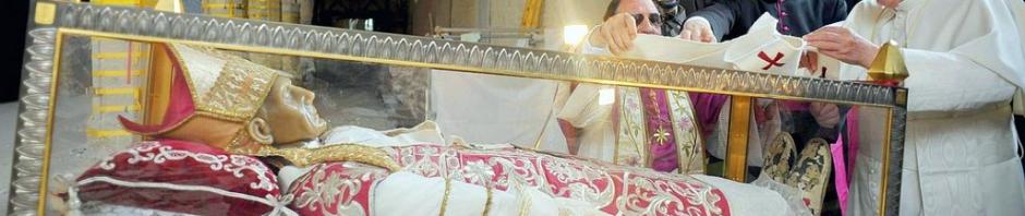 Face à face troublant il y a quelques mois : Benoît XVI déposait son pallium sur le corps de son prédécesseur saint Célestin V qui avait renoncé à la charge papale