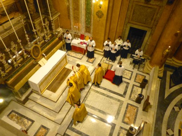Fin des vêpres - le pontife monte à l'autel pour donner sa bénédiction pontificale