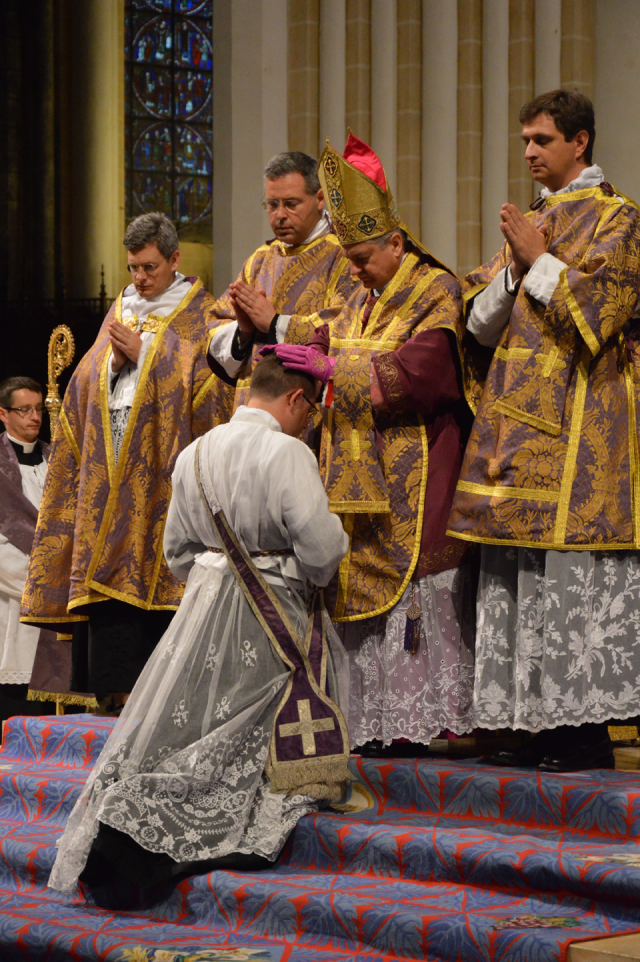 02 Imposition des mains à l'Abbé Paris par le pontife © François N