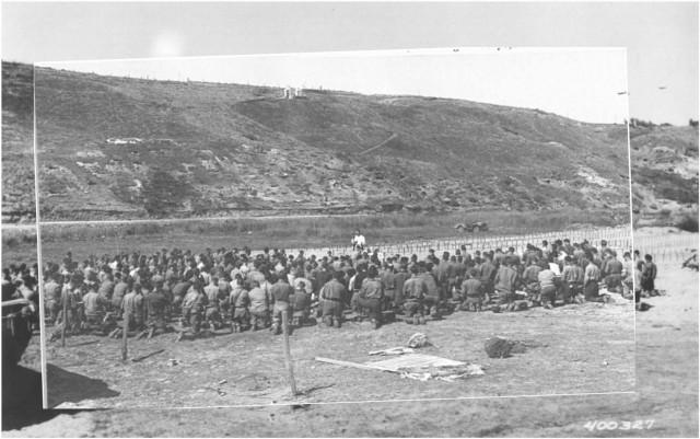 2. 25 juin 1944 - la sainte messe est célébrée sur la plage d'Omaha Beach, devant le premier cimetière provisoire