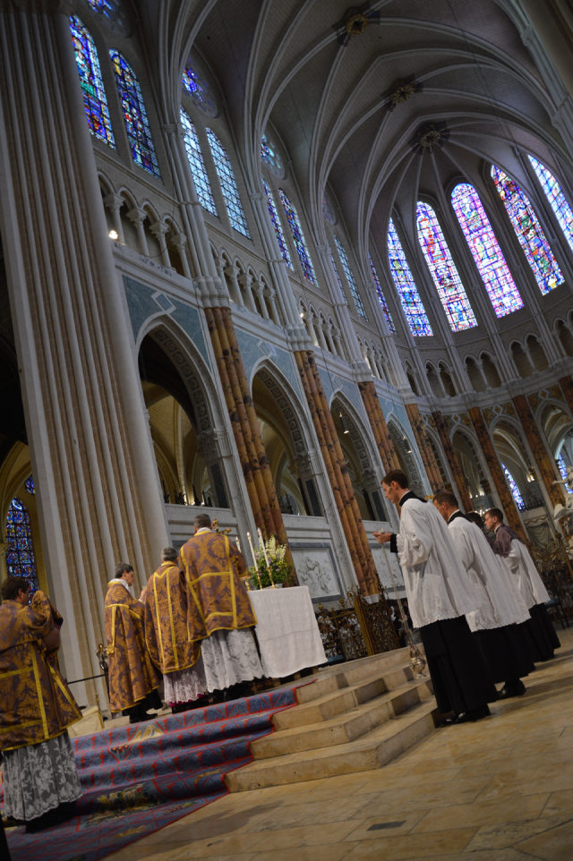 20 A l'offertoire de la messe - vue du chœur nouvellement restauré de la cathédrale © François N