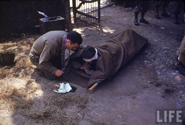Août 1944 - Un aumônier militaire américain donne le saint Viatique et le sacrement de l'Extrème Onction à un soldat américain blessé