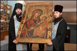 Icône russe de Notre-Dame des Ibères sortie du Musée historique pour être vénérée au monastère Novodiévitchi