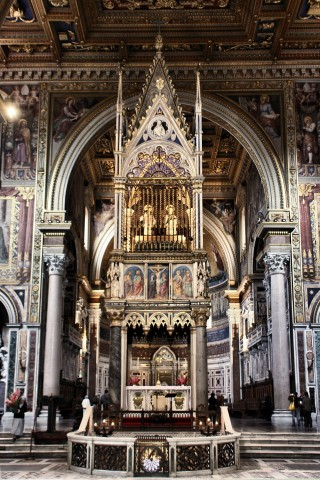 L'autel papal de Saint-Jean-de-Latran surmonté de son ciborium, abritant les reliquaires des chefs de saint Pierre & de saint Paul