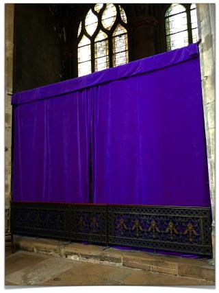 Voiles de Carême dans les églises parisiennes