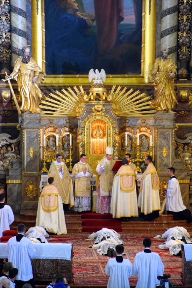 Litanie des saints - invocations de l'évêque sur les ordinants.