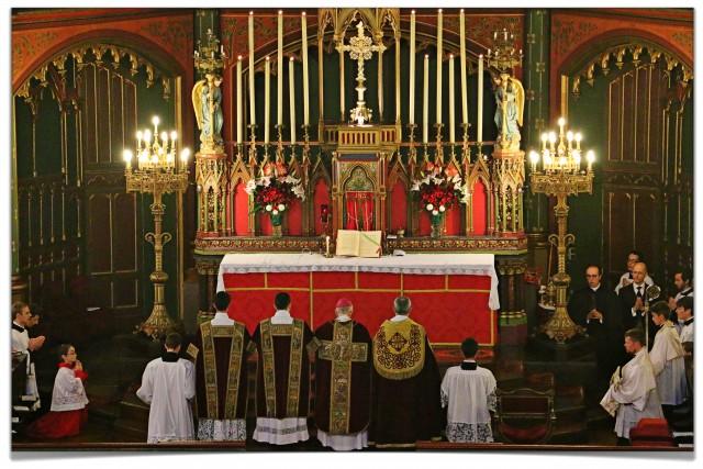 Messe pontificale de Mgr Batut pour la fête de saint Eugène.